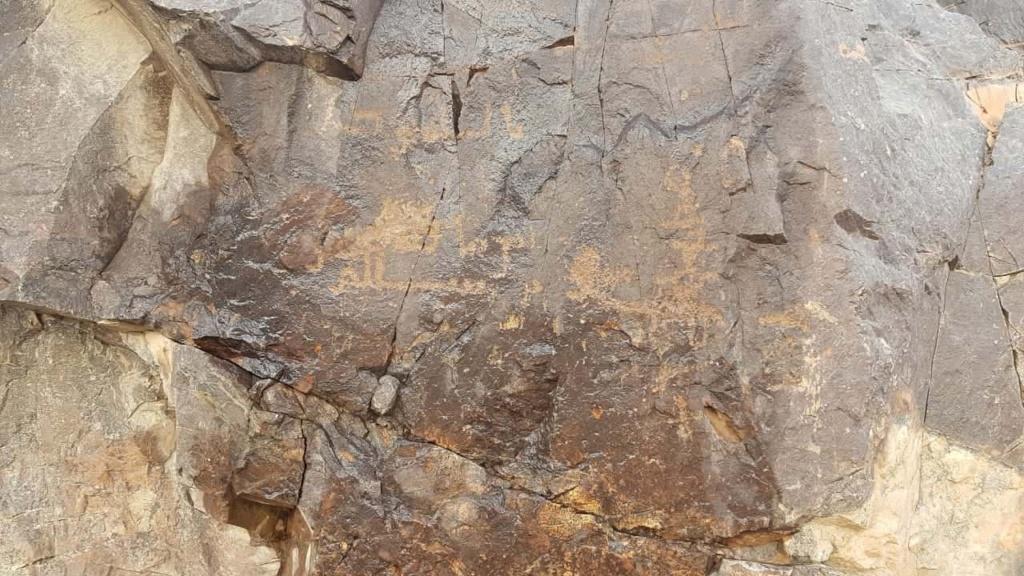 صخرة مكتوب الله وعليها جرن جانبي Camsca12