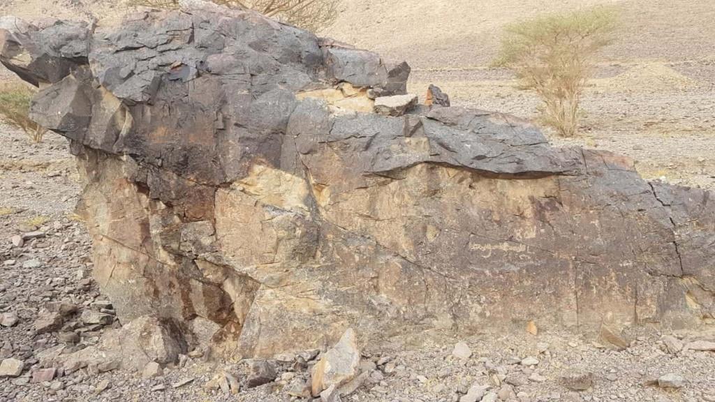 صخرة مكتوب الله وعليها جرن جانبي Camsca14