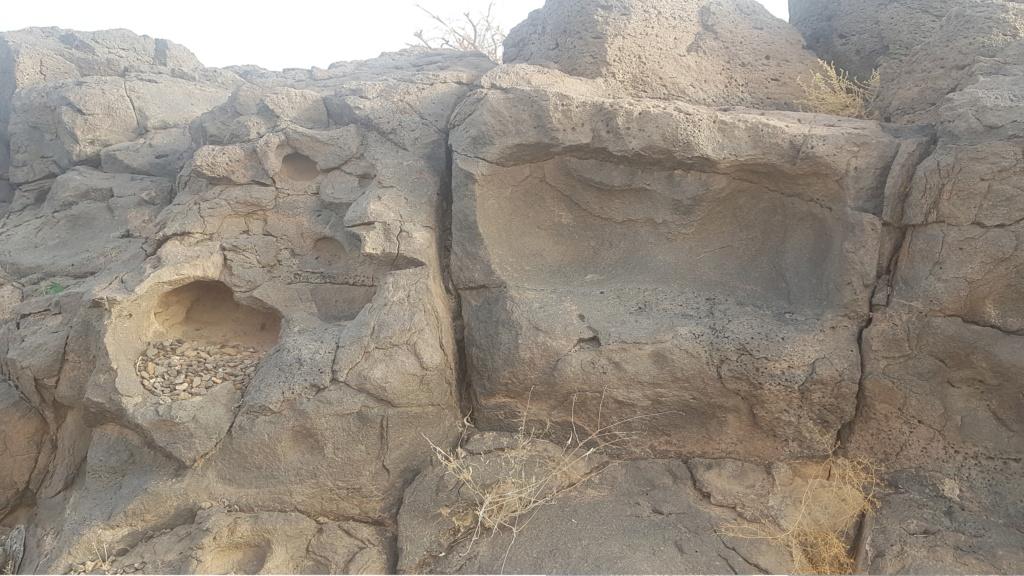 كتابة على صخرة وجرون ارجو التحليل  Eeeeei64