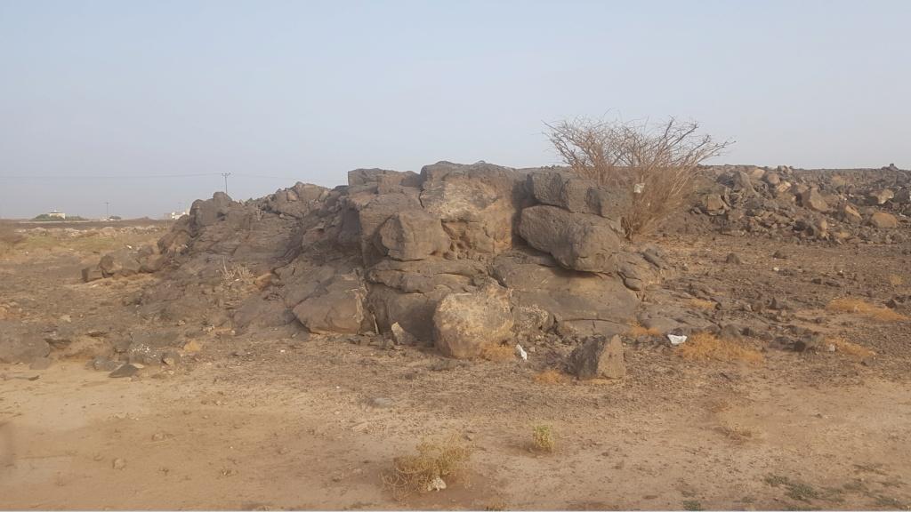 كتابة على صخرة وجرون ارجو التحليل  Eeeeei67
