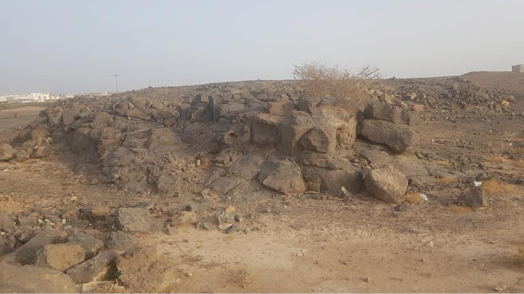كتابة على صخرة وجرون ارجو التحليل  Eeeeei68