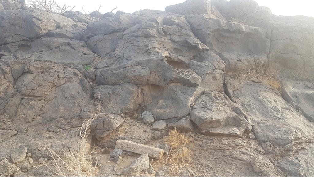 كتابة على صخرة وجرون ارجو التحليل  Eeeeei70