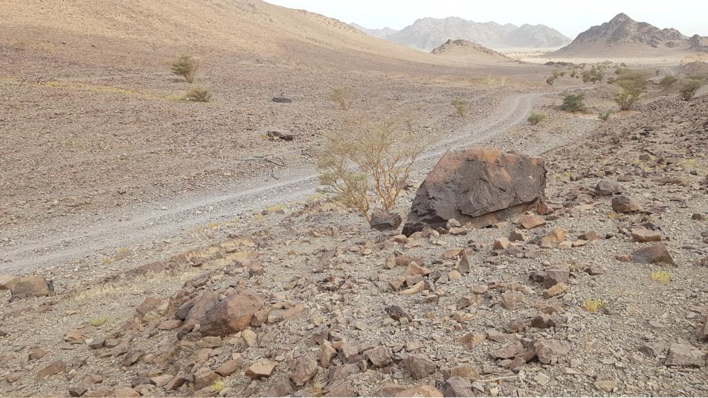 صخرة مكتوب الله وعليها جرن جانبي Eeeeei75