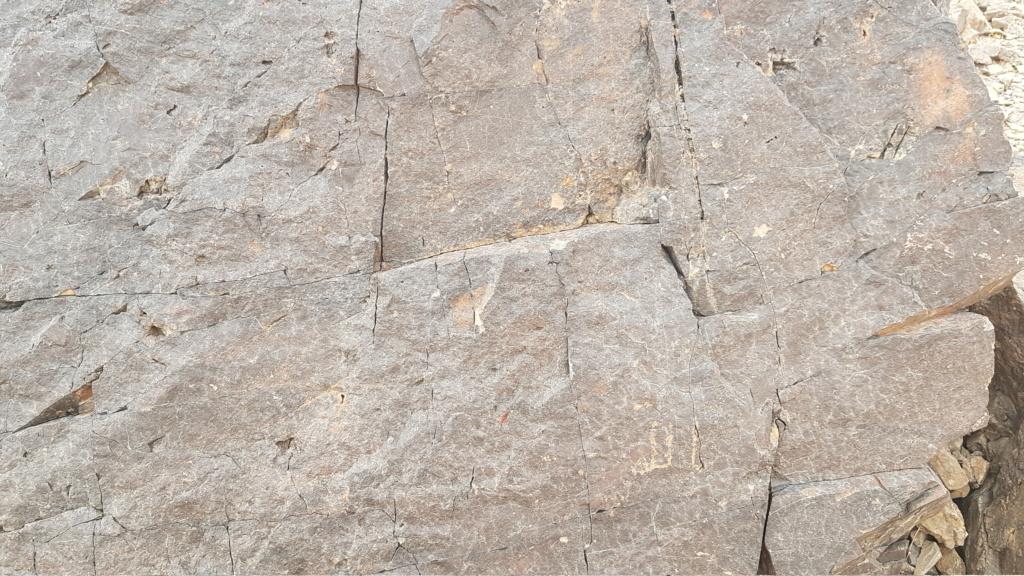 صخرة مكتوب الله وعليها جرن جانبي Eeeeei77