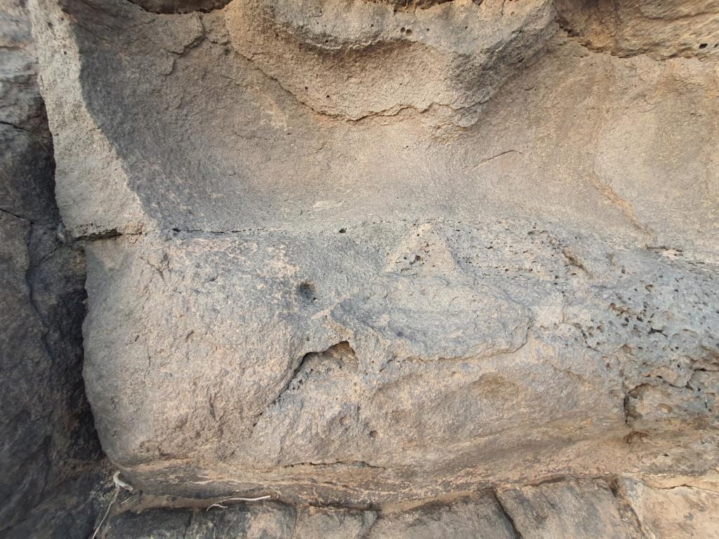 كتابة على صخرة وجرون ارجو التحليل  Eeeeei79