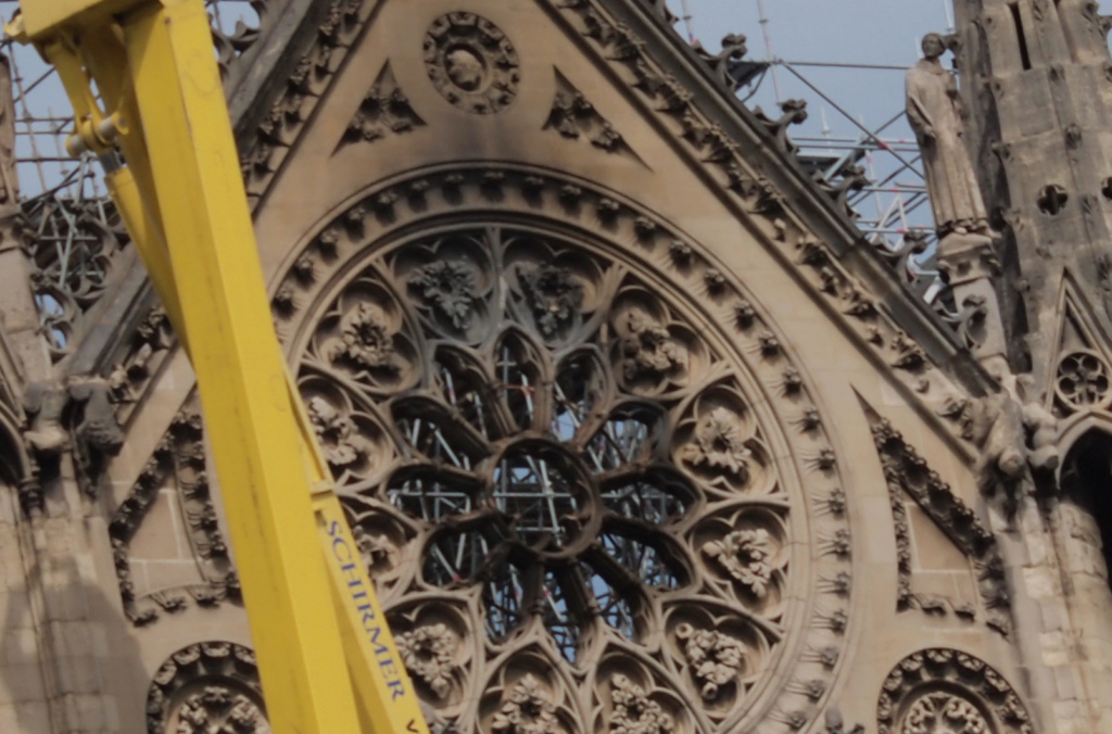 Ce qu'on peut voir de l'incendie de  Notre Dame actuellement Nd_ros10