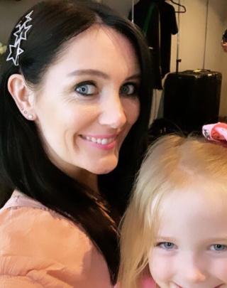 La esposa de Nicky Byrne, Georgina Ahern, posa con su hija antes de subir al escenario. 0_geor11