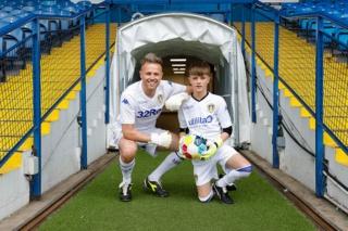 El hijo de Nicky Byrne, Rocco, ya ha crecido, y ambos demuestran sus impresionantes habilidades futbolísticas. 0_gett20