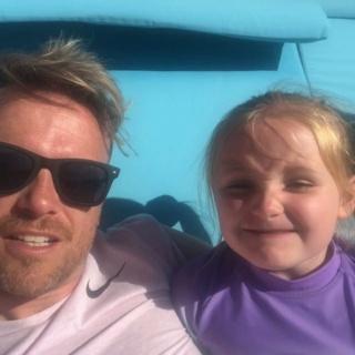 Nicky Byrne comparte un video adorable de su hija Gia cantando el éxito de Westlife en sus vacaciones en Ibiza 59837810