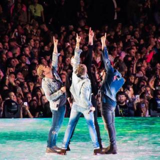 Los fans de Westlife en el video musical de Dynamite D_l7qk10