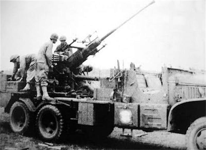 Camion GMC équipé d'un canon de 40 m/m Bofors - marque HOBY BOSS - échelle 1/35 TERMINE. 110