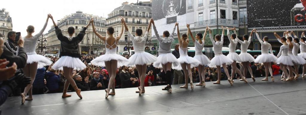 Le corps de ballet et l'orchestre de l'Opéra de Paris en grève ont donné une représentation improvisée sur le parvis du palais Garnier 1518