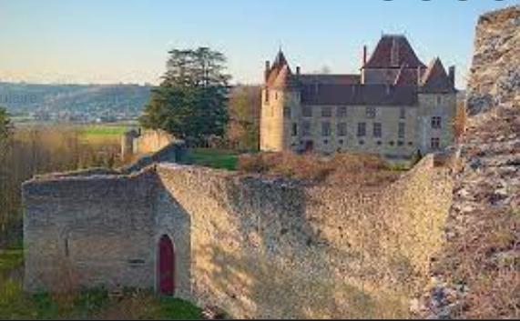 A 30 km au sud de Lyon,  le château de Septème Capt1043