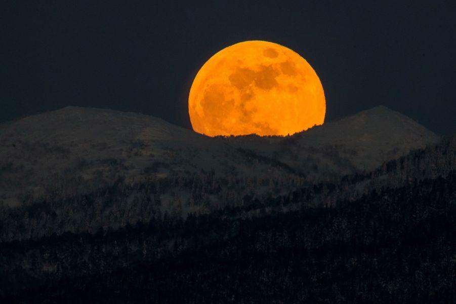 The Moon/La Lune. - Page 11 Gettyi10