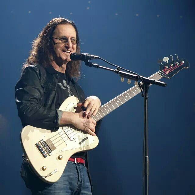 A que se deve a falta de popularidade da Gibson em relação à Fender? - Página 4 Geddy_11