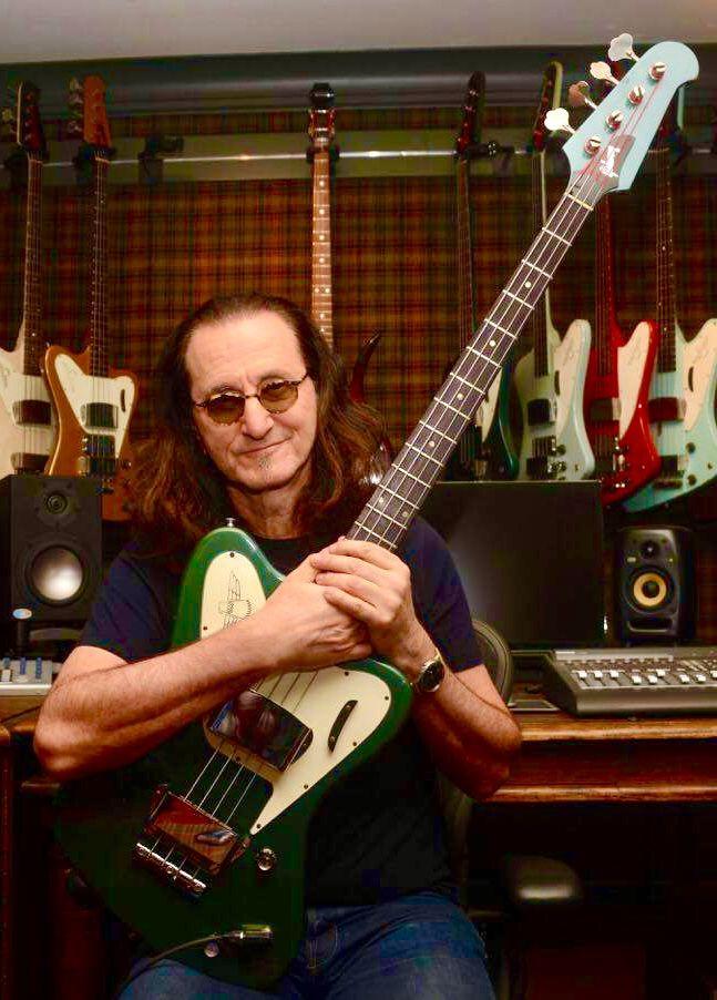 A que se deve a falta de popularidade da Gibson em relação à Fender? - Página 4 Geddy_12