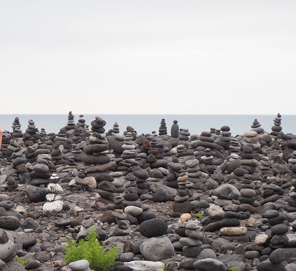 Volunteer helpers wanted to clear beach of stone towers 51630-10