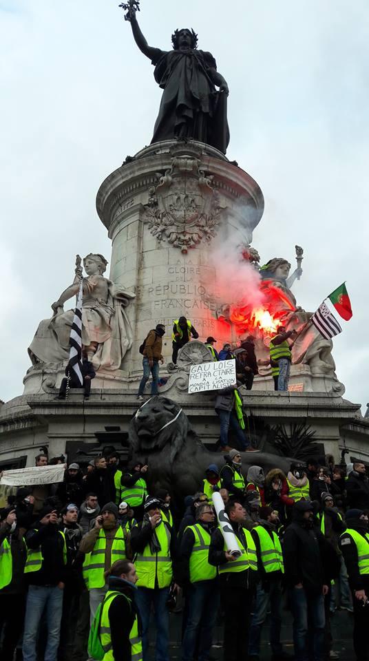 Une vie de statue (Paris, place de la République) Bertre10