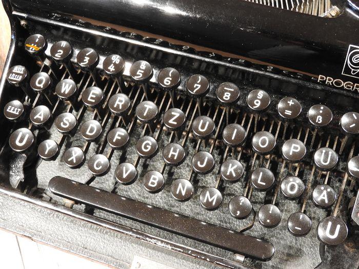 Machine à écrire C2325010
