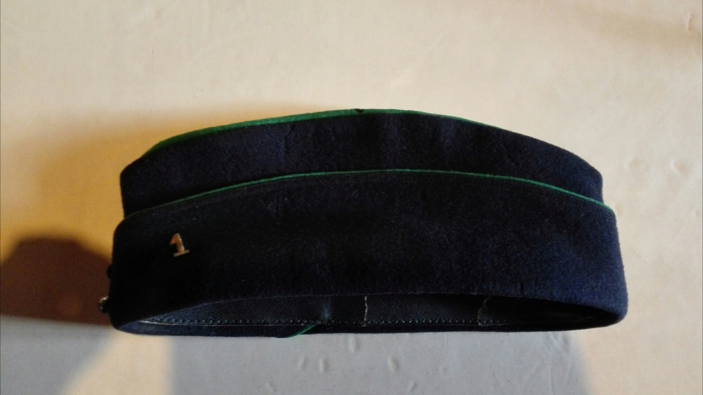 Plusieurs calots , bérets et casquettes à identifier  Img_2124