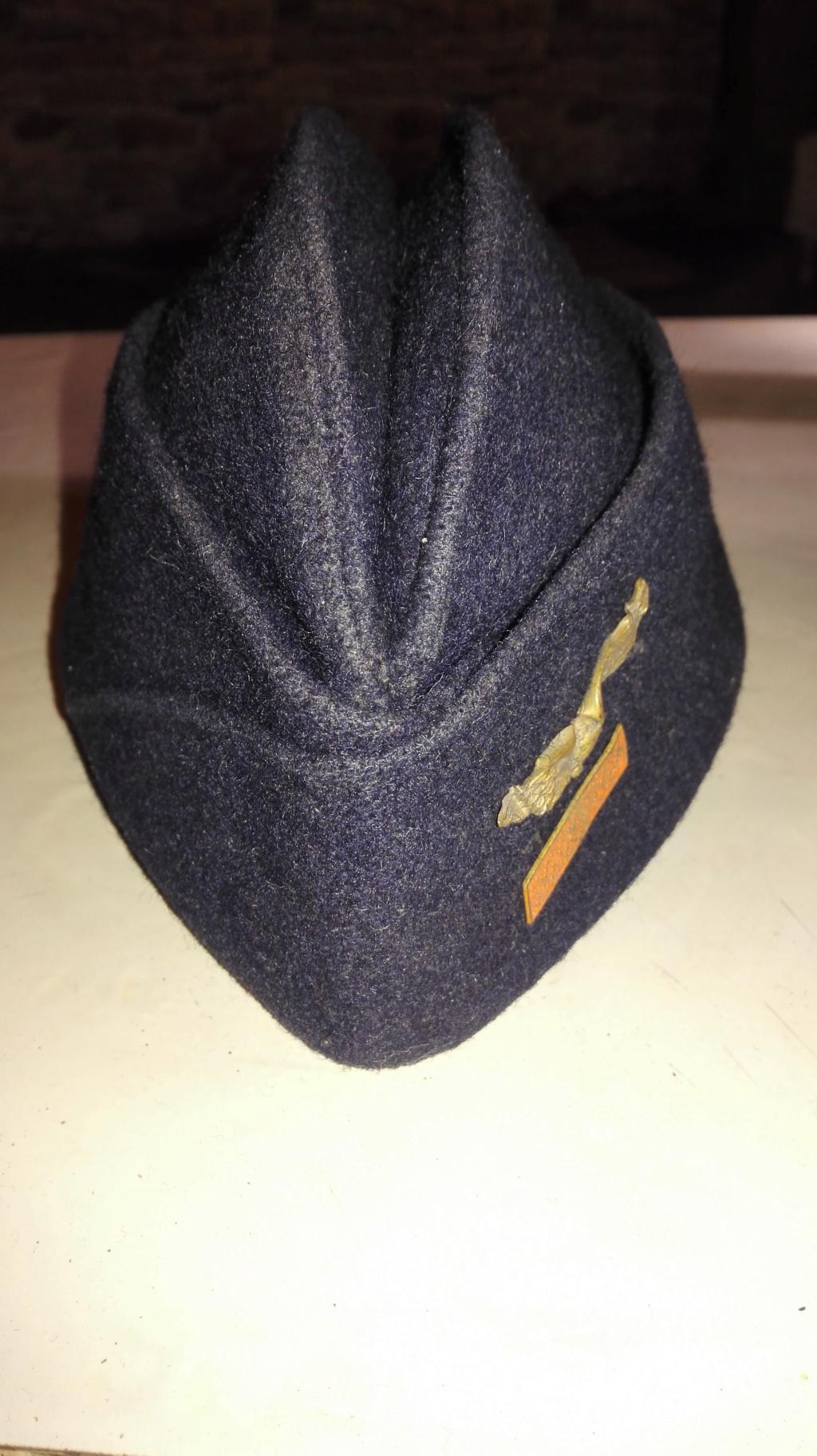 Plusieurs calots , bérets et casquettes à identifier  Img_2131