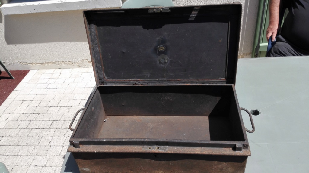 Belle caisse anglaise originale , besoin d'aide pour identifier insignes. Img_2167