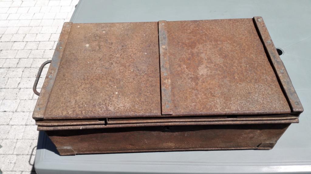 Belle caisse anglaise originale , besoin d'aide pour identifier insignes. Img_2168