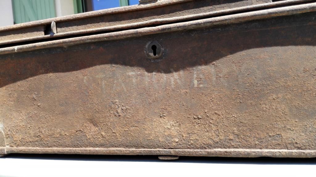 Belle caisse anglaise originale , besoin d'aide pour identifier insignes. Img_2169