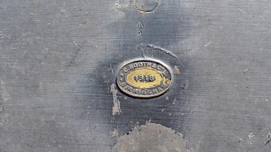 Belle caisse anglaise originale , besoin d'aide pour identifier insignes. Img_2171