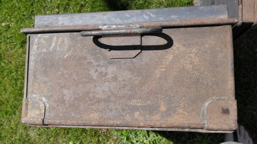 Belle caisse anglaise originale , besoin d'aide pour identifier insignes. Img_2172