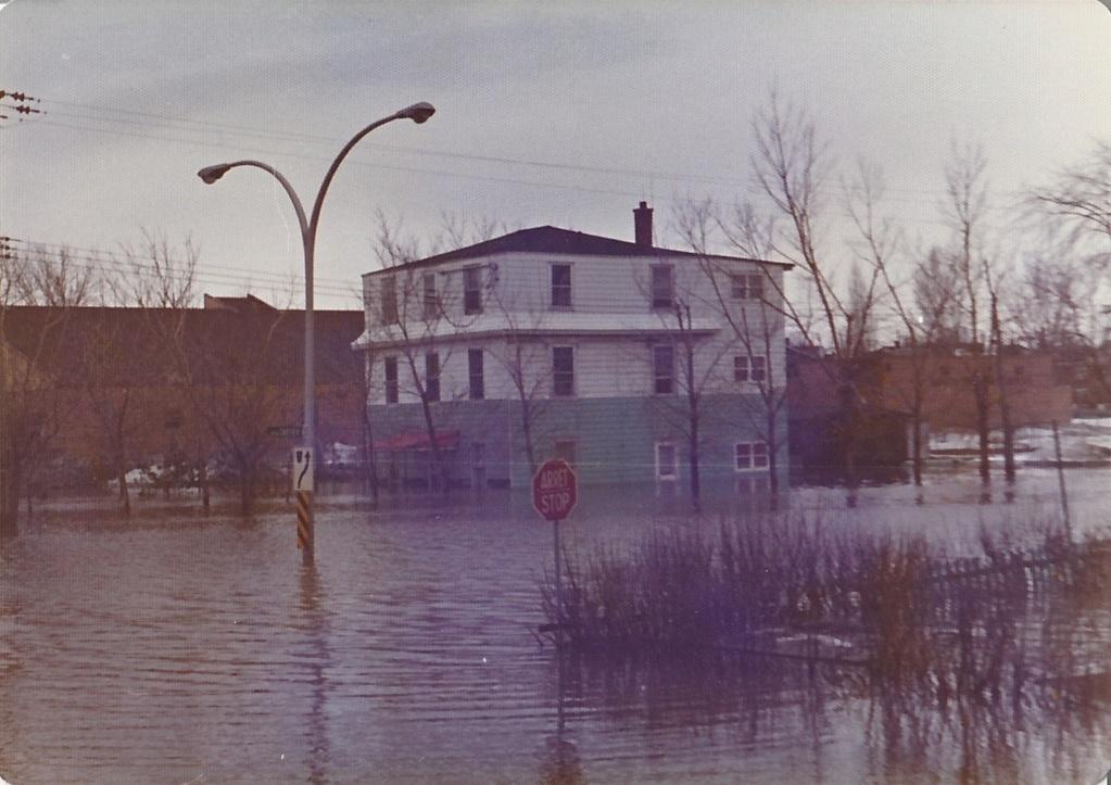 """Des scènes de """"Mafia Inc"""" tournés dans mon coin d'enfance (Pont-Viau, Laval). - Page 3 Inonda10"""