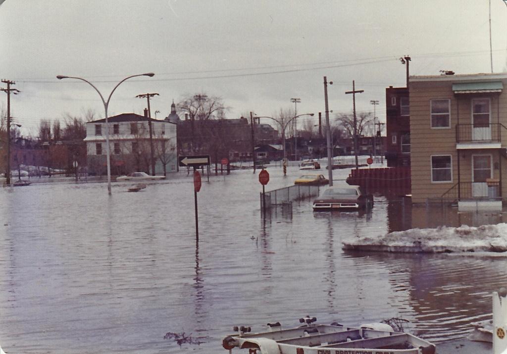 """Des scènes de """"Mafia Inc"""" tournés dans mon coin d'enfance (Pont-Viau, Laval). - Page 3 Inonda12"""
