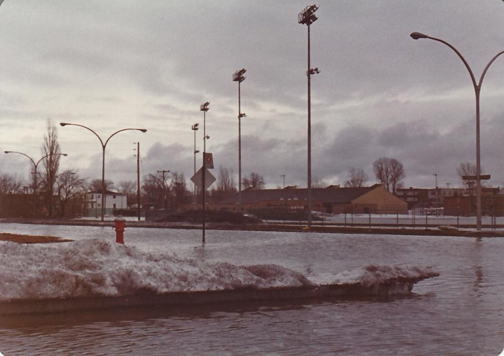 """Des scènes de """"Mafia Inc"""" tournés dans mon coin d'enfance (Pont-Viau, Laval). - Page 3 Inonda19"""