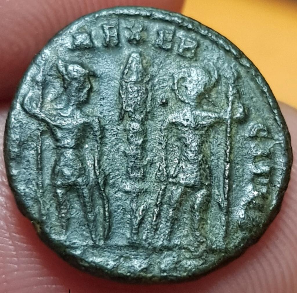 AE4 de Constancio II como augusto. GLORIA EXERCITVS. Soldados entre 1 estandarte. Cycico 20200541
