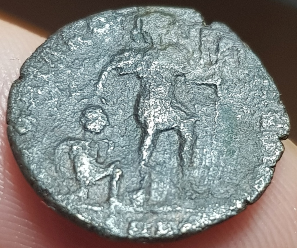 AE3 de Valentiniano I. GLORIA ROMANORVM. Emperador y Cautivo. Aquilea 20200548