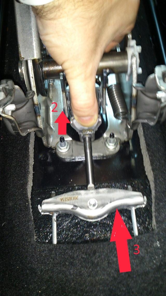(BRICO J) Ajustar freno de mano manual - (tensar palanca). A17DTS Dsc_1425