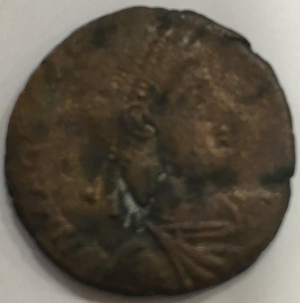 AE2 de Graciano. REPARATIO - REIPVB. Emperador dando la mano a mujer arrodillada.  Img_e410