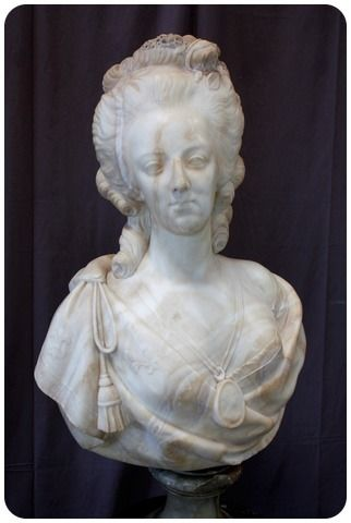 A vendre: bustes Marie Antoinette - Page 10 8a1f7b10
