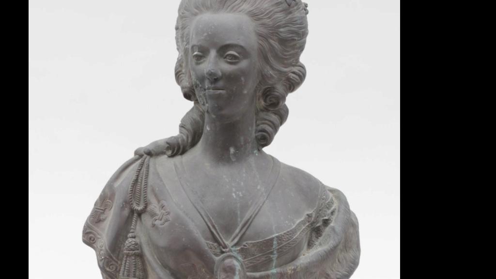 A vendre: bustes Marie Antoinette - Page 10 Zzzz13