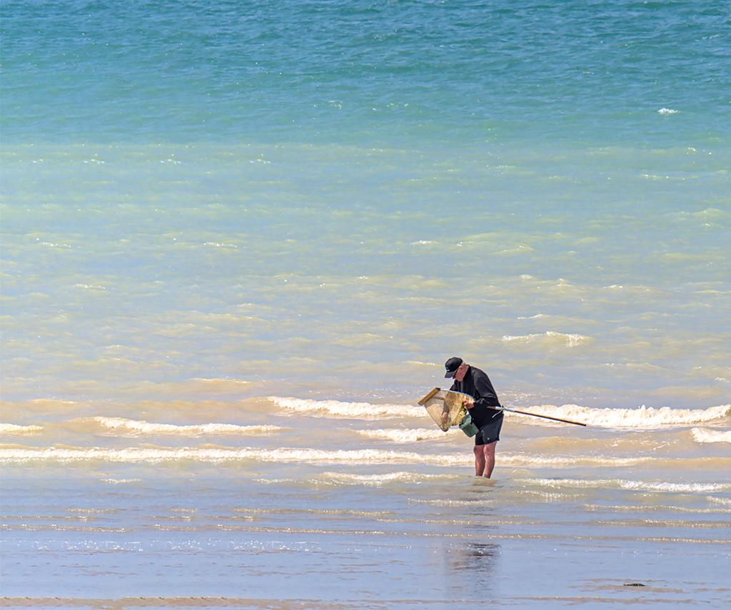 Le pêcheur au bord ... dans l'eau Jjfpuh11
