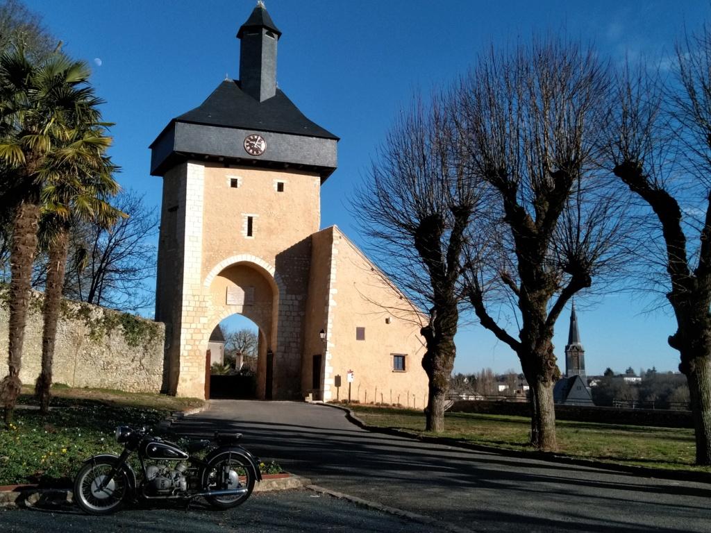 Photos de vous et de votre moto devant ....un château  - Page 17 P_201918