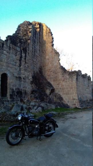 Photos de vous et de votre moto devant ....un château  - Page 17 P_201920