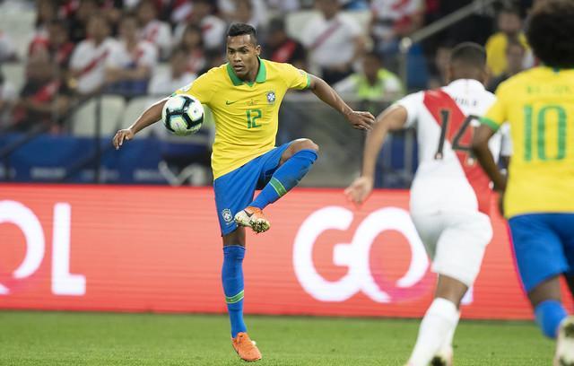 Alex Sandro treina como titular, e Brasil deve repetir time na final Alex-s10