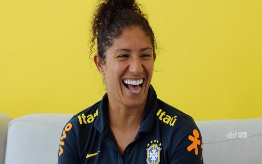 Após três gols, Cristiane não pede música, ela CANTA música Destaq10