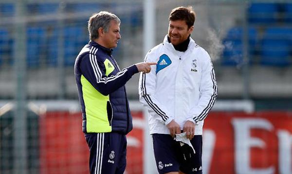 """Xabi Alonso revela como Mourinho planejava """"parar Messi"""" no Barcelona Mou-xa10"""