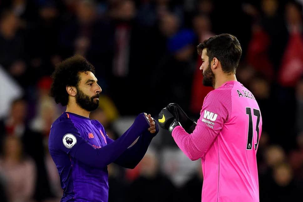 Alisson garçom rouba a cena na vitória do Liverpool sobre o United Salaha10