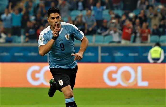 Suárez machuca a mão e vai para hospital, mas segue na Copa América Suarez10