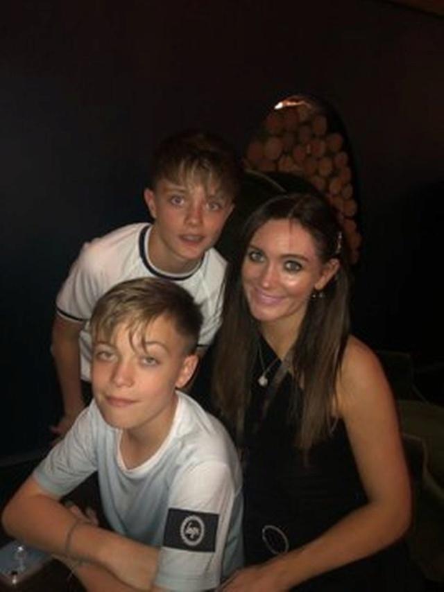 Nicky Byrne y Georgina disfrutan de una noche familiar con sus tres hijos con Ariana Grande en Dublín. 0_geor10