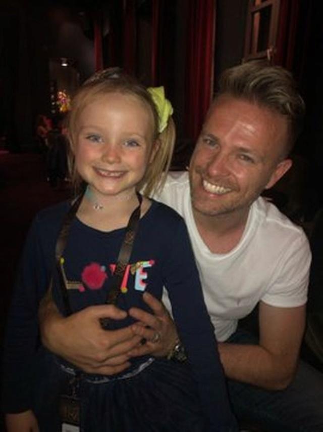 Nicky Byrne y Georgina disfrutan de una noche familiar con sus tres hijos con Ariana Grande en Dublín. 0_geor11