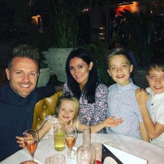 Nicky Byrne y Georgina disfrutan de una noche familiar con sus tres hijos con Ariana Grande en Dublín. 0_geor12